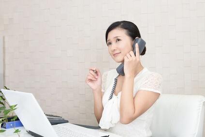 電話で話をしている女性