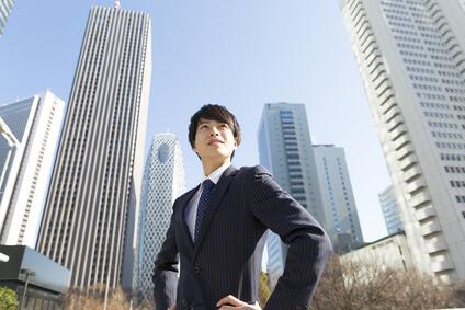 ビル街に立つ男性