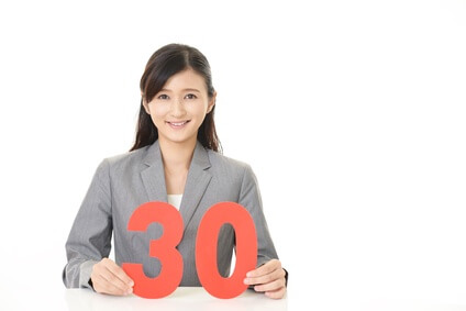 30の数字を持つ女性